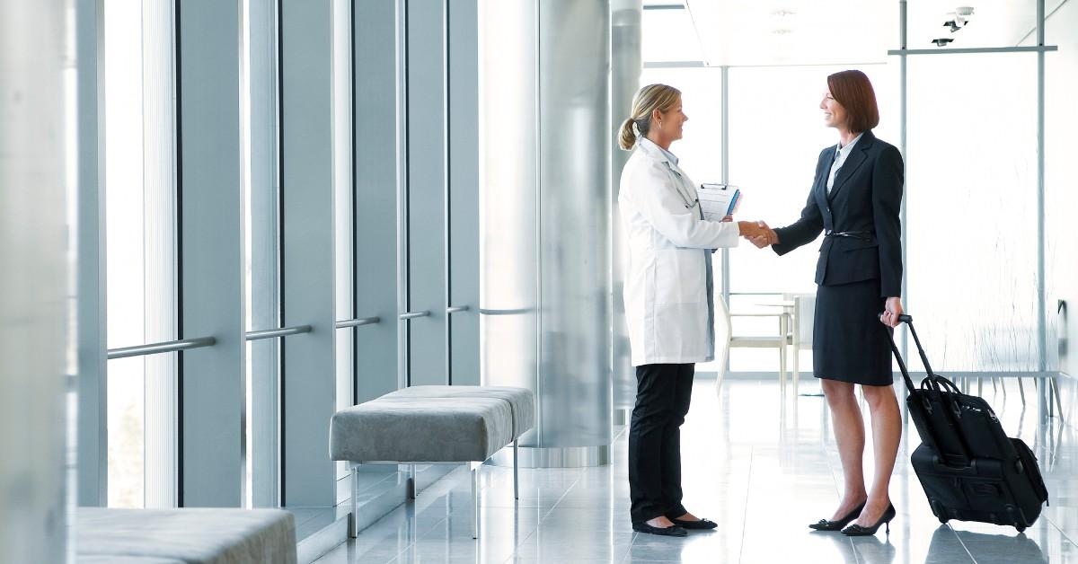 uma representante farmacêutica e uma médica conversando
