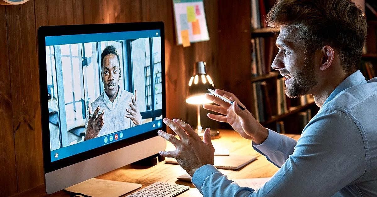 Homem olhando a tela de um computador